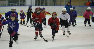 Alle tiders jentehockeydag – se bildene!